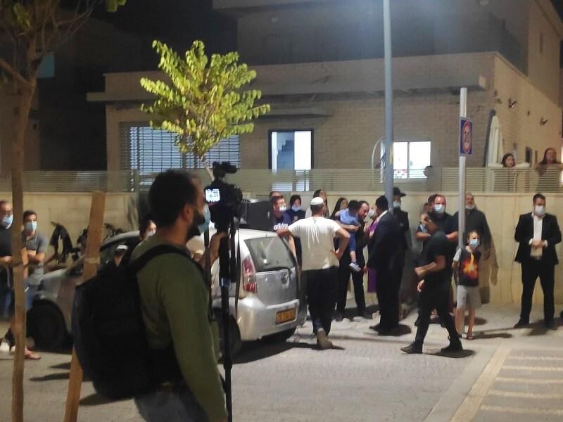 הפגנה מול ביתו של מיקי זוהר
